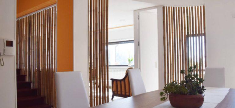 Divisorio a parete con canne di bambù intere